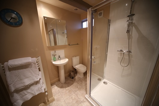 The en-suite bathroom of the double bedroom